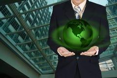 Młoda biznesmena mienia ziemi planeta w ręce Elementy to Fotografia Stock