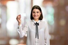 Młoda biznesowa dama pokazuje pustą kartę obraz royalty free