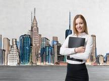 Młoda biznesowa dama trzyma czarną dokument skrzynkę Pojęcie usługi prawne Nowy Jork rozciągliwość na tle Fotografia Stock