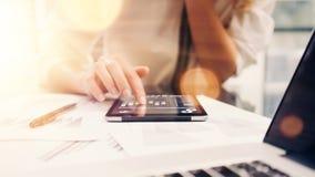 Młoda Biznesowa kobieta Analizuje spotkanie raportu proces Online Początkowy marketingu projekt Kreatywnie ludzie Robi Wielkiej p zdjęcia stock