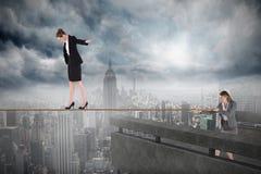 Młoda biznesowa kobieta ciągnie balansowanie na linie dla bizneswomanu Zdjęcia Royalty Free