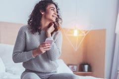 Młoda biznesowa kobieta czuje wygodnego wydatki weekend w domu obrazy stock