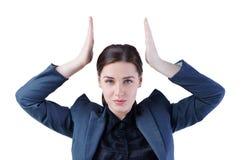 Młoda biznesowa kobieta imituje trzymać koronę nad jej głową Przywódctwo, sukcesu pojęcie Zdjęcie Royalty Free