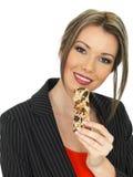 Młoda Biznesowa kobieta Je Śniadaniowego zboża baru Zdjęcie Royalty Free