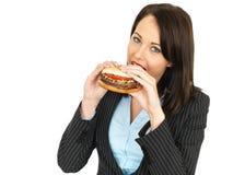 Młoda Biznesowa kobieta Je wołowina hamburger Zdjęcia Stock