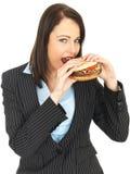 Młoda Biznesowa kobieta Je wołowina hamburger Zdjęcie Royalty Free