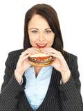 Młoda Biznesowa kobieta Je wołowina hamburger Fotografia Royalty Free