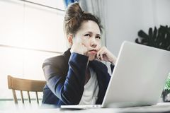 Młoda biznesowa kobieta ma ciężką pracę dużo obraz stock