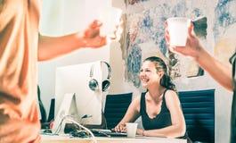 Młoda biznesowa kobieta ma zabawę pracuje przy zaczyna up biuro zdjęcia stock