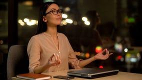 M?oda biznesowa kobieta medytuje z zamkni?tymi oczami, relaks w biurze, harmonia obraz royalty free