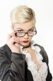 Młoda Biznesowa kobieta patrzeje nad szkłami Obrazy Royalty Free