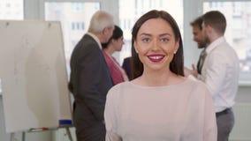 Młoda biznesowa kobieta pokazuje jej kciuk up obraz royalty free