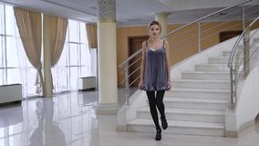 Młoda biznesowa kobieta próbował jej rękę jako moda model w studiu przy dworem Oszałamiająco blondynki miło spaceru puszek zbiory wideo