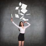 Młoda biznesowa kobieta rzuca up papierowych prześcieradła Zdjęcie Stock