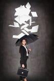 Młoda biznesowa kobieta rzuca up papierowych prześcieradła Zdjęcia Stock