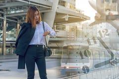 Młoda biznesowa kobieta sprawdza czas na jej zegarku obraz royalty free
