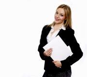 Młoda biznesowa kobieta trzyma białą falcówkę na białym tle Obrazy Royalty Free