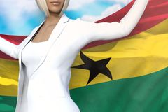 Młoda biznesowa kobieta trzyma Ghana flagę w rękach za ona z powrotem na niebieskiego nieba tle - chorągwiana pojęcia 3d ilustrac ilustracja wektor