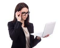 Młoda biznesowa kobieta używa laptop odizolowywającego na bielu Fotografia Stock