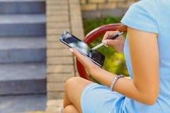 Młoda biznesowa kobieta używa pastylkę Zdjęcie Royalty Free