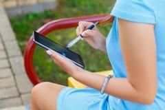 Młoda biznesowa kobieta używa pastylkę Zdjęcia Royalty Free