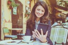 Młoda biznesowa kobieta używa technologię Obraz Royalty Free