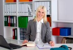Młoda biznesowa kobieta w biurze Obrazy Royalty Free