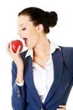 Młoda biznesowa kobieta z czerwonym jabłkiem. Obraz Royalty Free