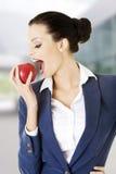 Młoda biznesowa kobieta z czerwonym jabłkiem Obrazy Stock