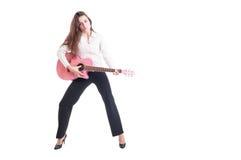 Młoda biznesowa kobieta z długie włosy bawić się różowy quitar Fotografia Royalty Free