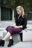 Młoda biznesowa kobieta z mądrze telefonem Zdjęcie Stock