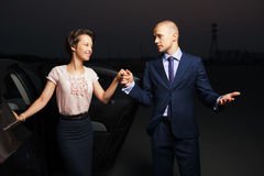 Młoda biznesowa para przy samochodem Obrazy Royalty Free