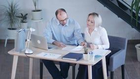 Młoda biznesowa załoga pracuje z nowym początkowym projektem w nowożytnym loft zbiory