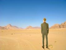 Młoda biznesowego mężczyzna pozycja w pustyni Zdjęcia Stock