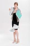 Młoda biznesowej kobiety blondynka w czerni sukni opuszczał falcówkę papka zdjęcia stock