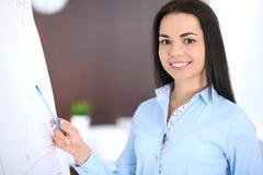 Młoda biznesowej kobiety lub dziewczyny pozycja z krzyżować rękami w biurze Błękitny barwiony bluse Edukacja lub biznes zdjęcia stock