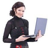 Młoda biznesowej kobiety pozycja z filiżanką kawy i laptopem fotografia stock