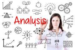 Młoda biznesowej kobiety writing dane analiza pojedynczy białe tło fotografia royalty free