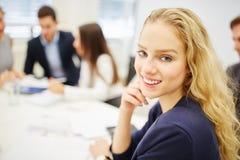 Młoda bizneswomanów uśmiechów zawartość Fotografia Royalty Free