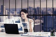 Młoda bizneswoman odświętność dla jej sukcesu Zdjęcia Stock
