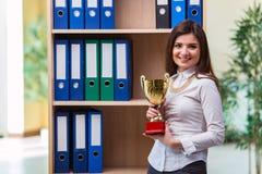 Młoda bizneswoman pozycja obok półki zdjęcie stock