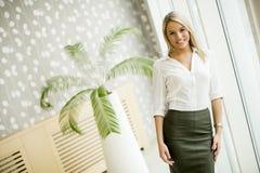 Młoda bizneswoman pozycja w nowożytnym biurze zdjęcie stock
