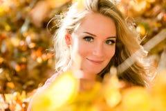 Młoda blond dziewczyna w jesień kolorze Zdjęcie Royalty Free