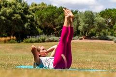 Młoda blond kobieta ćwiczy, tonujący w górę mięśni zdjęcie royalty free