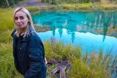 Młoda blond kobieta jest trwanie i patrzejąca kamerę na b zdjęcia royalty free