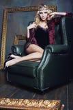 Młoda blond kobieta jest ubranym koronę w czarodziejskim luksusie Fotografia Royalty Free