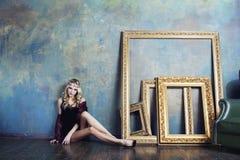 Młoda blond kobieta jest ubranym koronę w czarodziejskim luksusie Zdjęcie Royalty Free