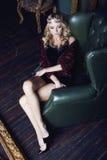 Młoda blond kobieta jest ubranym koronę w czarodziejskim luksusie Fotografia Stock