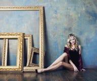 Młoda blond kobieta jest ubranym koronę w czarodziejskim luksusie Obraz Stock