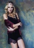 Młoda blond kobieta jest ubranym koronę w czarodziejskim luksusie Zdjęcia Stock